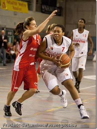 Bouge - 13/11/2010 : Match de Championnat de Belgique de Basket dames (D1) opposant le Dexia Namur Capitale (blanc) au Jeugd Gentson (rouge). Victoire du Dexia.