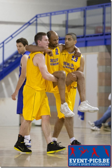 20121103 - Ciney : Basket Hommes, Régionale 2. Match opposant Ciney à Genappe. MUDIE de GENAPPE(#12- Jaune) est porté hors du terrain par ses coéquipiers RIDOUAN (#13) et  THIRAN (#7)