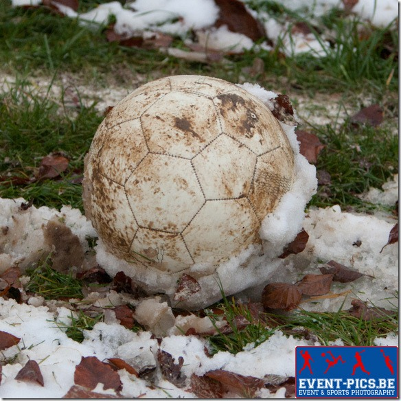 20121202, Natoye. Match football de P2 Namuroise entre le RFC Natoye et Yvoir. La neige colle à la balle (blanche ...)Photo Frédéric de Laminne.