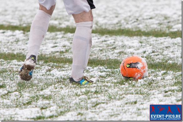 Football P2 Namur, match entre l'Entente Sommenoise et Flavion Sport. image d'illustration montrant le terrain et la balle recouverts de neige. Crédit photo Frédéric de Laminne.