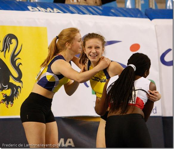 Céline Gauthier du CSDyle félicitée par des concurrentes après son chrono