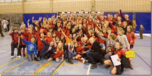 L'équipe du RHCN entourée de supporters pour la photo suite au titre de Champion de Belgique en salle 2014